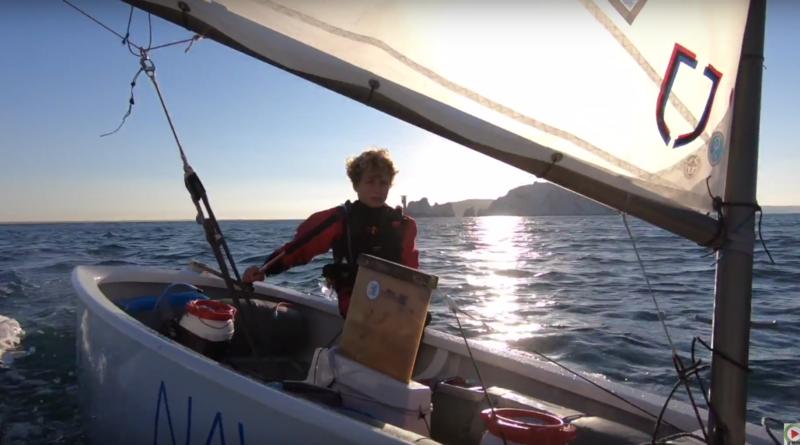 Un niño de 12 años bate el récord en cruzar la Mancha en solitario en Optimist